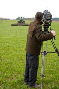 Die Pflege der landwirtschaftlichen Flächen wird demonstriert und gefilmt.