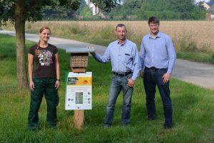 Die ersten Bestäuber-Gabionen sind aufgestellt: Stiftungsratsmitglied Erich Gussen (mitte) und seine Mitarbeiterin Sabrina Maibaum hoffen mit Projektleiter Dr. Heiko Schmied auf regen Wildbienenbesuch.