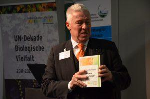 Prof. Karl-Heinz Erdmann übergab die Auszeichnung als offizielles UN-Dekade Projekt.