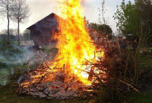 Osterfeuer - Nicht nur im Rheinland gehören sie zur Brauchtumspflege. Foto: A. Foschepoth