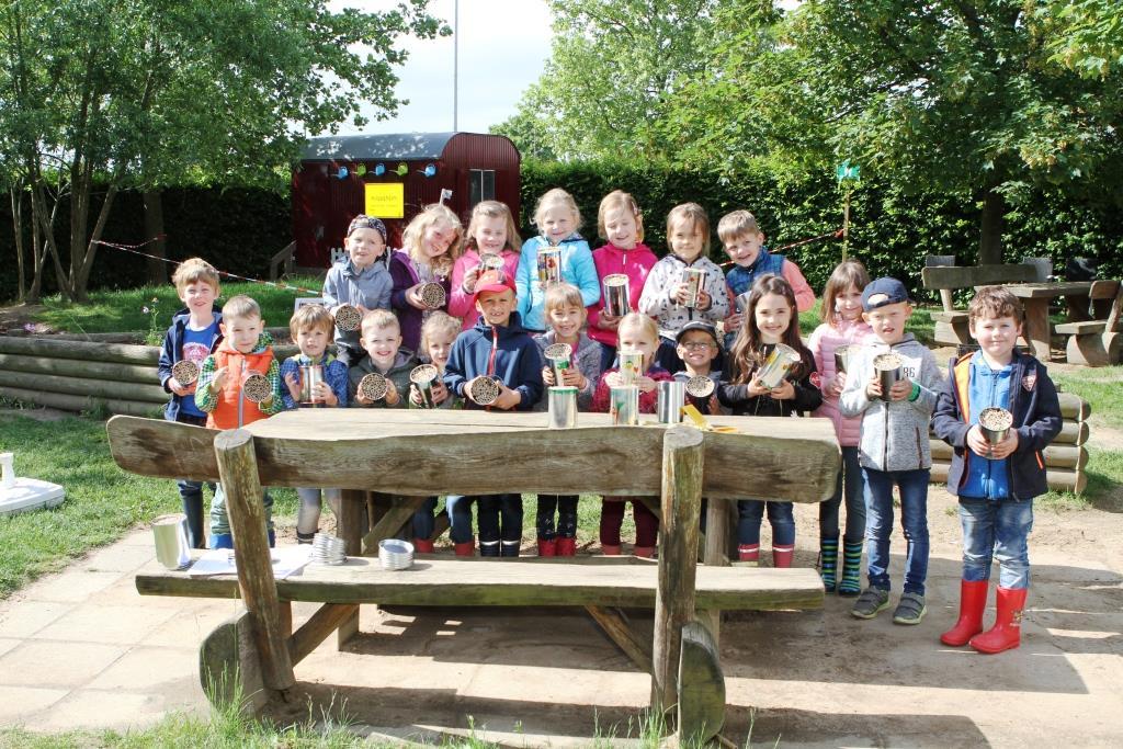 Kindergartenkinder mit Wildbienenhotels
