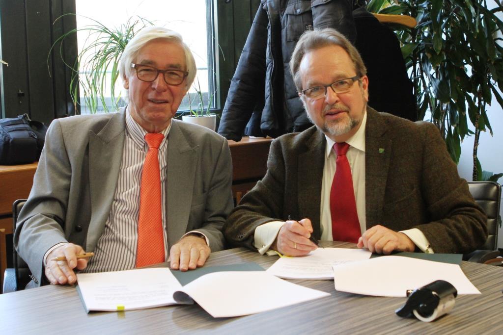Die Tinte ist getrocknet und jetzt freuen sich Vorstandsvorsitzender Friedhelm Decker und Landrat Dr. Ansgar Müller auf Landwirte die am Blühstreifenprojekt teilnehmen wollen.